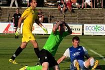 Mostecký Olejník se sice diví, ale po jeho faulu na Stranada se kopala na Soukeníku penalta proti Mostu.