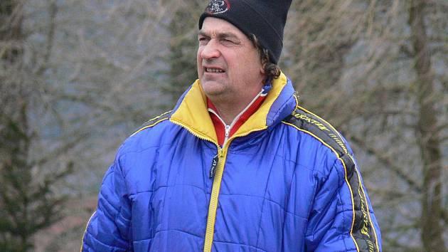 Počínání fotbalistek Borovan pozorně sleduje i předseda TJ Calofrig Jiří Kubeš (na snímku).