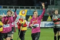 Petr Benát po zápase s Libercem, v němž dal oba góly, zdraví fanoušky.