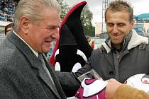 Zdeňku Čadkovi  před lety k uvedení do Síně slávy blahopřál jeho tehdejší následovník v křesle šéfa klubu Karel Poborský.