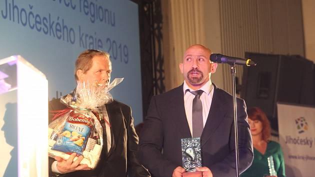 Hendikepovanými sportovci jižních Čech za rok 2019 byli vyhlášeni populární plavec Arnošt Petráček, mistr světa v benchpressu Martin Biháry (na snímku vpravo se svým trenérem Jiřím Smékalem) a koulař a diskař Martin Dvořák.