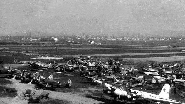 Vraky německých letadel byly postupně soustředěny na jižní straně letištního areálu.