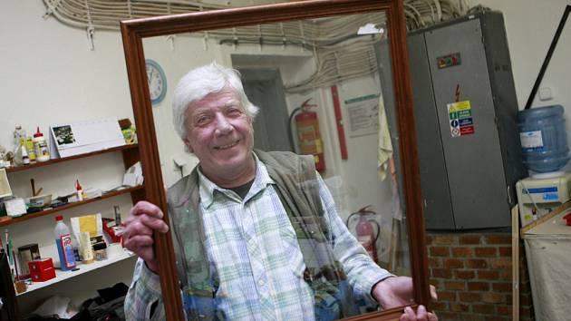 Jako inventář už vedou v Alšově jihočeské galerii Jaroslava Marhouna (60), který v suterénní dílně osmatřicet let rámuje a paspartuje. Zažil pět ředitelů, jeden čas na zámku dokonce bydlel, když dělal galerijního správce. Pečuje také o stálé expozice.