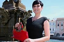 Martina Jiřičková Žočková darovala kabelku značky Walter Valentino.