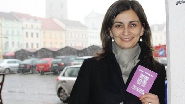 Katarína Prouzová drží v rukou průkaz o povolení k trvalému pobytu. V Českých Budějovicích žije třináct let, nechává si však slovenské občanství.