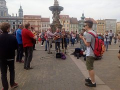 Polští katolíci se při cestě na oslavy 50. výročí Neocatechumenální cesty podělili s občany na náměstí v Českých Budějovicích zpěvem a tancem o boží lásku.