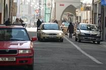 Pěší zóna v historickém centru Českých Budějovic se pomalu mění v rušnou silnici a parkoviště. Během desetiminutové návštěvy Deníku Krajinskou neoprávněně projelo hned pět vozidel.
