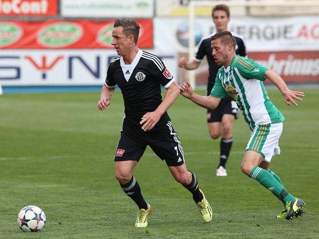 Petr Benát v zápase Dynama s Bohemians uniká Radku Šírlovi. V sobotu Dynama hraje v lize opět doma s Hradcem Králové.