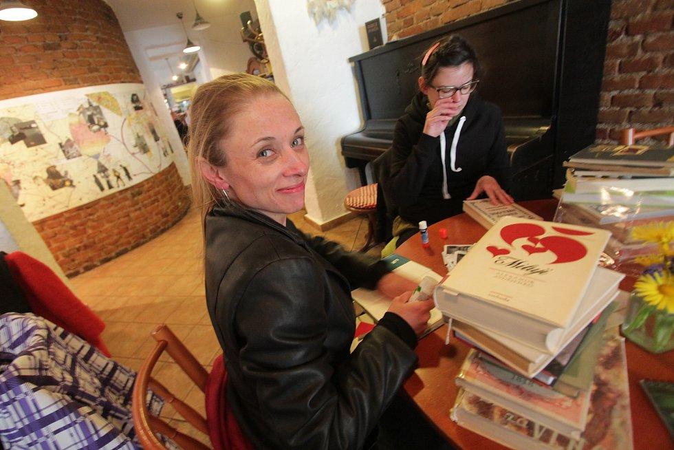 Festival Literatura žije v kavárně Měsíc ve dne.