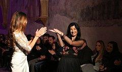 Módní návrhářka Tereza Sabáčková představila v piaristickém klášteře svou novou kolekci romantických šatů.