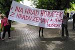 Na místo setkání s Milošem Zemanem do kaštanové aleje před komunitním centrem v Českých Velenicích dorazili i jeho odpůrci s nápisem Na Hrad Horáček, z Hradu Zeman a jeho vlčáček.