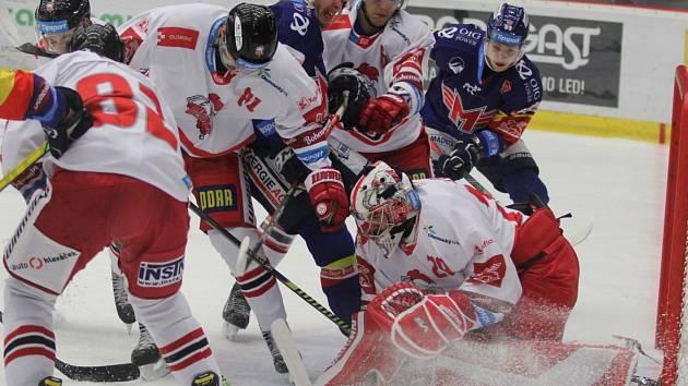 Ve čtyřech hráčích bránili olomoučtí hokejisté prostor před svým gólmanem Janem Lukášem. Útočníci Václav Karabáček (uprostřed v modrém) a Adam Raška se marně snažili prosadit, Hanáci zvítězili na jihu Čech 4:2.