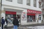 Ve čtvrtek 3. prosince 2020 se uvolnily další restrikce kvůli koronaviru. Otevřela například kadeřnictví, papírnictví, hračkářství nebo knihkupectví či obchody s oděvy. Na snímku Papírnictví v Lannově třídě v Českých Budějovicích.