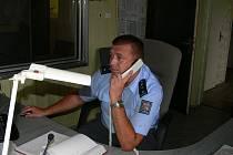 Petr Čep pracuje druhým rokem jako operační důstojník Policie ČR v Českých Budějovicích. Na 200 tisíc obyvatel okresu připadají dva operační důstojníci, kteří slouží čtyřiadvacetihodinové služby. Denně přijmou průměrně dvě stovky telefonátů.