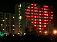 Hodinová light show, která rozblikala okna kolejních pokojů animacemi ze známých filmů i počítačových her přilákala do areálu kampusu Jihočeské univerzity v Českých Budějovicích tisíce studentů.
