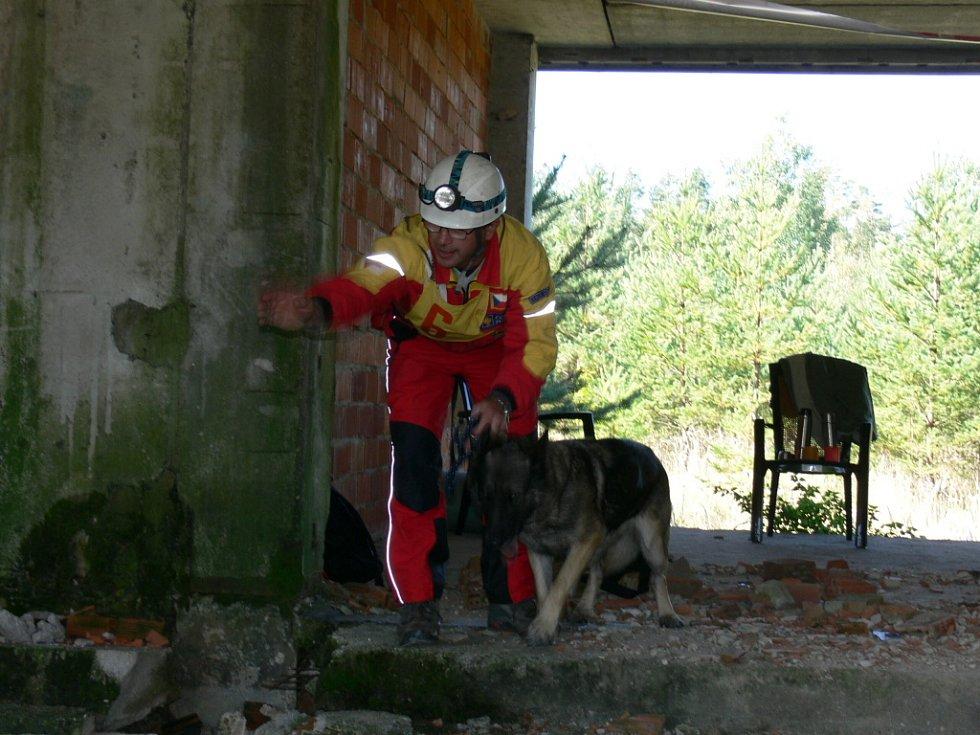 Miroslav Švestka se svou fenou německého ovčáka Idou se také v pátek zúčastnil celorepublikového přeboru kynologů ze složek integrovaného záchranného sytému.