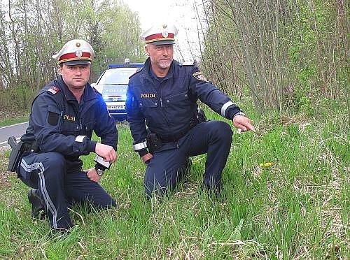 Policie ukazuje místo, kde nešťastníka našla.