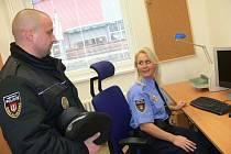 Zástupkyně velitele směny D Martina Mana Věra Školková, která dostala na starosti novou služebnu na českobudějovickém sídlišti Máj , si při otevření povídala se strážníkem Pavlem Podhradským.