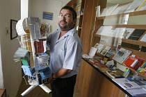 Česká pošta vloni ohlásila záměr zbavit se několika set kamenných úřadoven v malých obcích a zavést tam systém motorizovaného doručování. Jednou z malých pošt, o kterých se uvažuje v souvislosti s případným rušením, je i poštovní úřad v Olešnici.