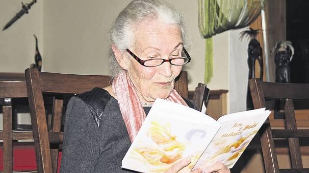 Nevšední vyprávění o vlastním životě, členech rodiny  i životní filozofii prokládala Ruth Hálová autorským čtením úryvků z vlastní knihy.