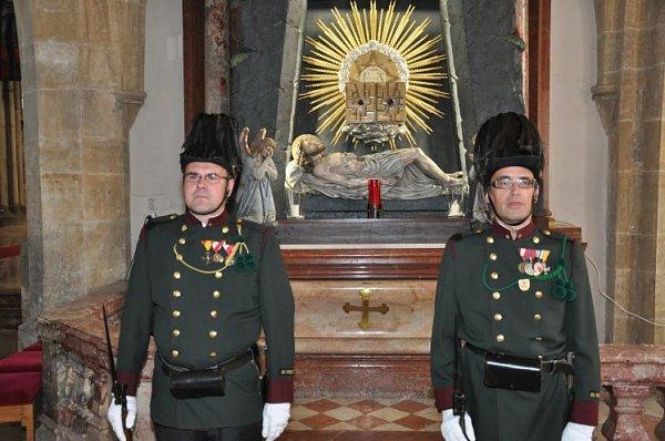Občanská garda Freistadtu střeží svatý hrob.