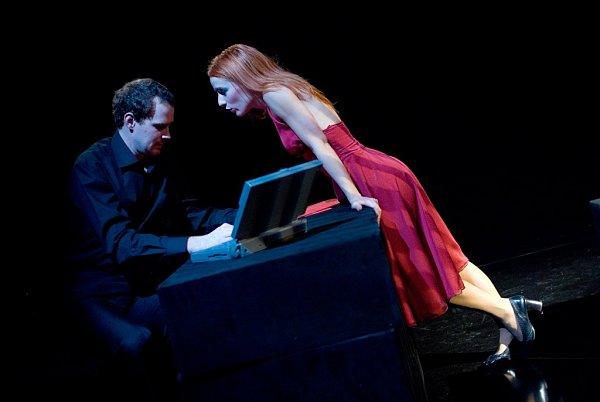Hra Neila LaButa snázvem Tlustý prase je vJihočeském divadle sedm let od premiéry stále vyprodaná. Na snímku Teresa Branna a Pavel Oubram.
