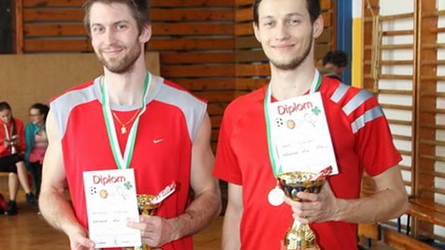 VÝŠKAŘI. Miroslav Hrubý (vpravo) vytvořil výkonem 196 cm nový rekord Rožnovské laťky. Vedle stojí závodník z Nové Včelnice Miroslav Zikmund, který obsadil druhé místo.