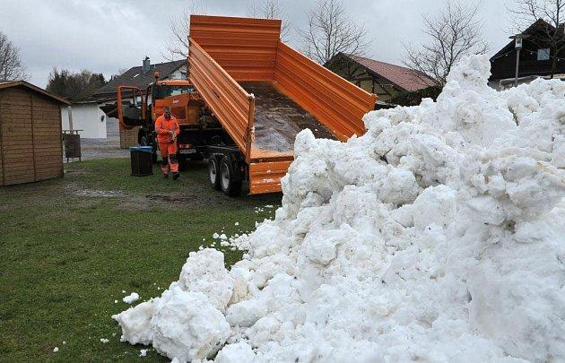 Sníh zJavoru zpestřil májoce usousedů.