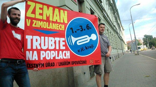 Před krajským úřadem se sešli iodpůrci Miloše Zemana.