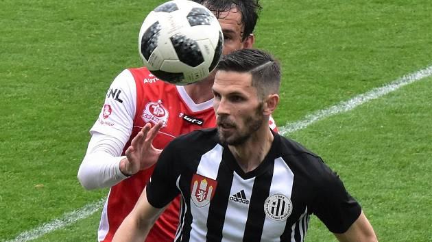 Petra Javorka v zápase s Pardubicemi atakuje Pavel Černý.