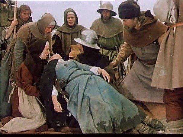 Záběr z filmu Jan Žižka, který se zčásti natáčel na jihu Čech. Hrdinové přinášejí umírající Johanku. Vlevo nahoře se nad ní sklání sudoměřská komparzistka Marie Budínová, která chvíli před tím položila na zem plachetku.