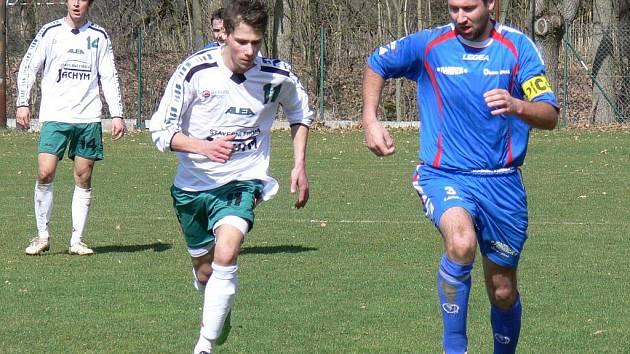 Domácí kapitán David Novák (u míče) v derby mezi Bavorovicemi a Jankovem. Mariner vyhrál 1:0.