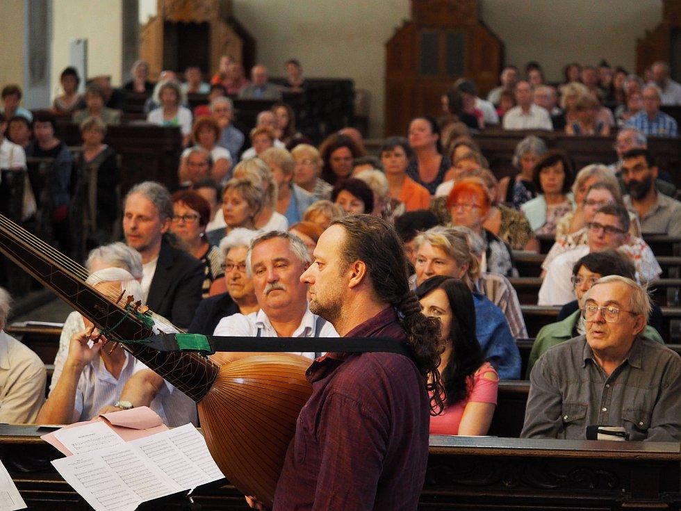 Hudba na soutoku, festival zaměřený na středověkou, renesanční a barokní hudbu, se odehrává v českobudějovických kostelích. Snímek z koncert souboru La Bilancetta v kostele Obětování P. Marie .