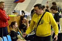 Ivan Janoušek udílí pokyny hráčkám.