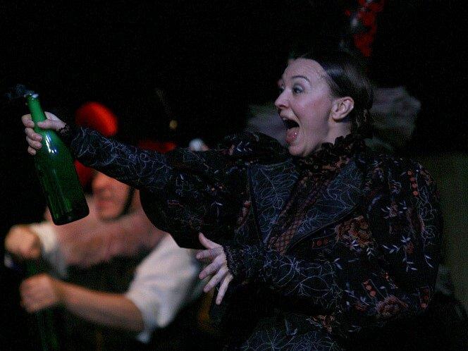 Herečka Lenka Krčková jako Štěpka v dramatu Petrolejové lampy, Jihočeské divadlo, 2011.
