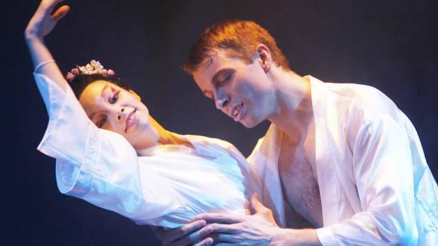 Taneční ztvárnění Pucciniho opery Madame Butterfly v podání baletu Jihočeského divadla. Na snímku Zdeněk Mládek jako Pinkerton a Barbora Zachová jako Cio-Cio-San.