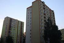 Panelový dům v ulici V. Volfa, č. popisné 15. Právě z něj měl podle očitých svědků pálit neznámý střelec.