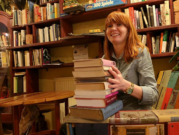Štáb českobudějovického festivalu Literatura (ne)žije chystá druhý ročník. Jeho součástí je sbírka knih, z níž se pak budou knihy rozdávat na náměstí. Kdokoli může knihy donést do Literární kavárny Měsíc ve dne. Na snímku Markéta Kulíková.