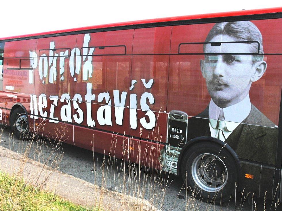 Nový polep vozů MHD v Českých Budějovicích předznamenává blížící se placení jízdného pomocí SMS zpráv z mobilních telefonů.