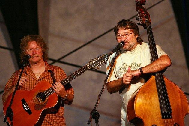 Folková skupina Nezmaři slaví 35let, ve  středu 9.října má výroční koncert vDK Metropol. Na snímku Pavel Zajíc a Pavel Drengubák.