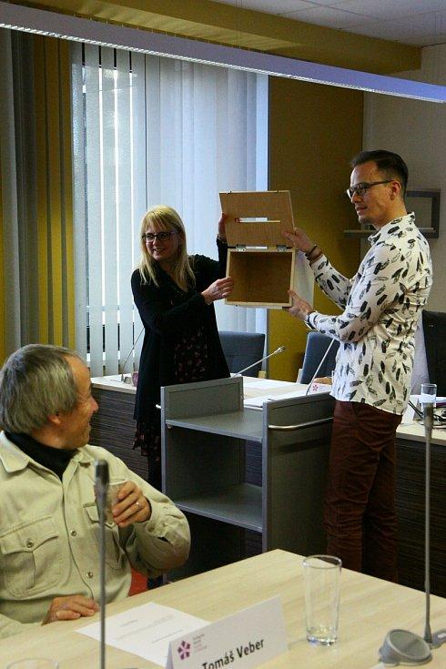 Volba nového rektora v akademickém senátu Jihočeské univerzity a nový rektor Bohumil Jiroušek.