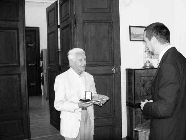 Českobudějovický fotograf Otta Sepp při  přebírání  pamětní medaile.