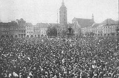 Snímek zachycuje oslavy převratu na českobudějovickém náměstí v říjnu 1918.