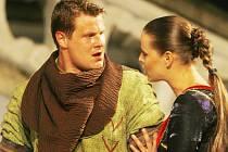 Derniéru bude mít letos před točnou v Krumlově romantická komedie Robin Hood. Na snímku herci Jihočeského divadla Ondřej Veselý jako král zbojníků a Taťána Kupcová jako Eleanor.