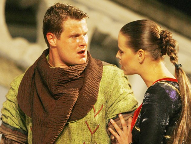 Derniéru bude mít letos před točnou vKrumlově romantická komedie Robin Hood. Na snímku herci Jihočeského divadla Ondřej Veselý jako král zbojníků a Taťána Kupcová jako Eleanor.