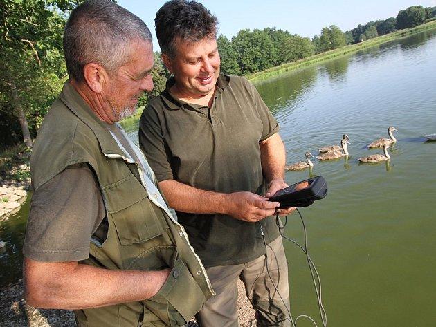 Mimořádně suché a horké počasí dělá letos problémy například rybářům. Na snímku měří kyslík ve vodě Josef Tůma, vedoucí rybniční soustavy v hlubockém rybářství a baštýř Bezdrevu Pavel Tůma (vlevo).