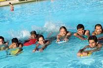 Sousedé učí běžence ze Sýrie plavat.