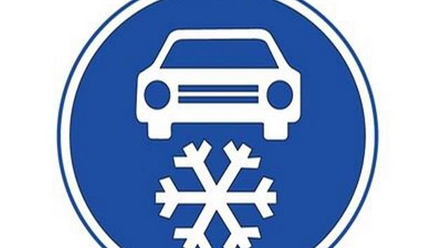 Takto vypadá dopravní značení, které řidičům bude přikazovat používat na určených úsecích zimní pneumatiky.