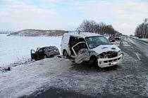 Při čtvrteční nehodě u Dynína se vážně zranili dva muži.