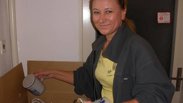 Taťjána Šeráková přebírá pomoc od dárců.